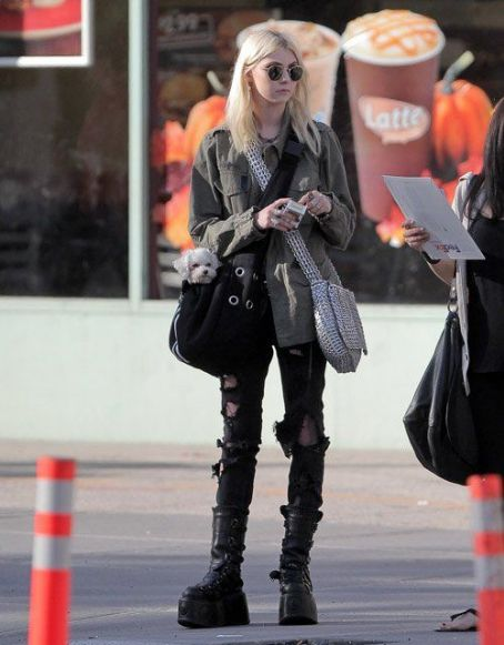 Taylor Momsen: hailing a cab in New York City