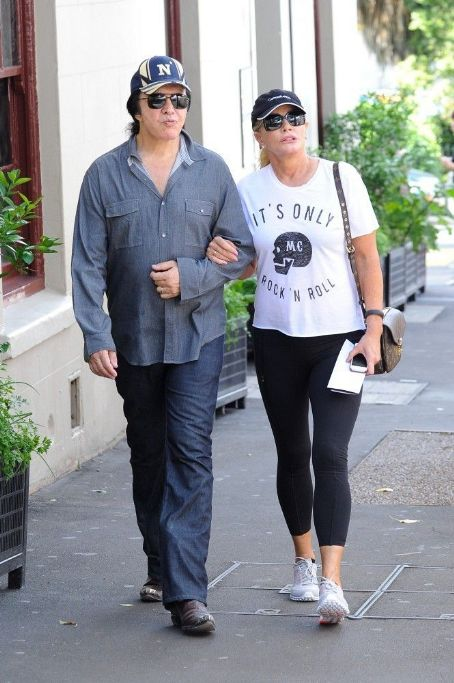 Shannon Tweed - Gene Simmons shops with his wife (March 8, 2013)