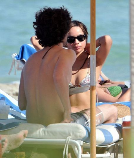Penn Badgley And Zoe Kravtiz Enjoying A Day At The Beach In Miami