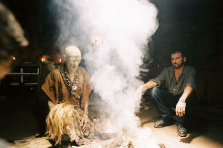 Primeval Dominic Purcell and Ernest Ndlovu in Hollywood Pictures' PRIMEVAL