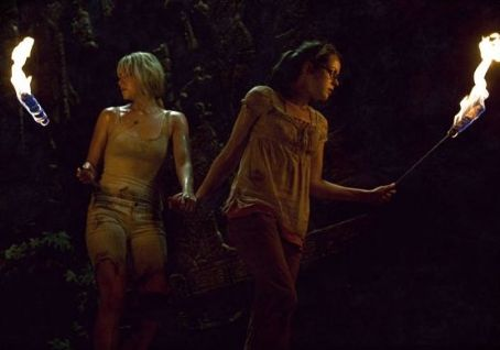 Laura Ramsey  as Stacy and Jena Malone as Amy in The Ruins.