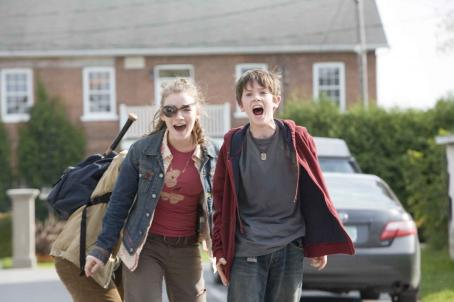 "Mallory (SARAH BOLGER, left) and her brother Jared (FREDDIE HIGHMORE, right) Grace are in for some perilous adventures after they move into their great-great-uncle Arthur Spiderwick's secluded old house in ""The Spiderwick Chronicles."" Ph"