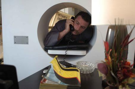 The Ten Liev Schreiber with the phone in the scene of  - 2007