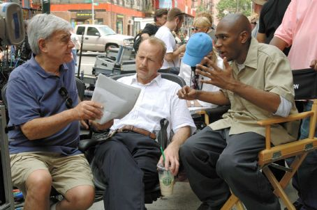 "Mos Def L-r: Director Richard Donner, Bruce Willis and  on the set of Alcon Entertainment and Millennium Films' action thriller ""16 Blocks,"" also starring David Morse and distributed by Warner Bros. Pictures. Photo by Barry Wetcher"