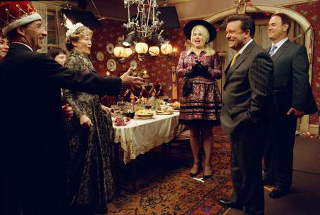 Harry Shearer  as Victor Allan Miller, Catherine O'Hara as Marilyn Hack, Jennifer Coolidge as Whitney Taylor Brown, Ricky Gervais as Martin Gibb and Larry Miller as Syd Finkleman in director Christopher Guest's For Your Consideration. Photo cre