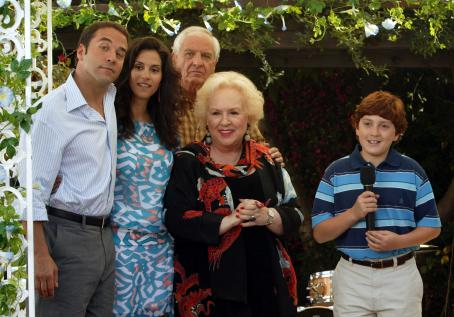 Jami Gertz Fiedler family. (L to R) Jeremy Piven as Adam,  as Joanne, Garry Marshall as Irwin, Doris Roberts as Rose and Daryl Sabara as Benjamin in Keeping Up With The Steins - 2006. Photo credit: Michael Yarish