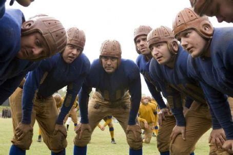 Leatherheads Bulldogs team captain Dodge Connolly (GEORGE CLOONEY, center) leads the huddle.