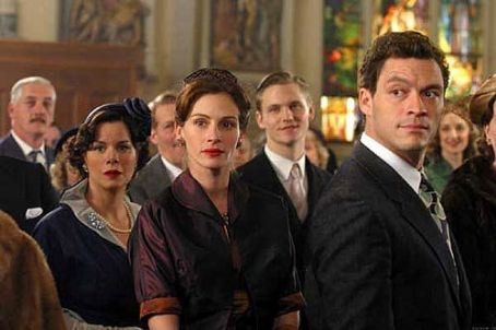 Dominic West Julia Roberts,  and Marcia Gay Harden in Mona Lisa Smile - 2003