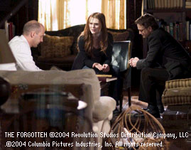 Gary Sinise Julianne Moore, Anthony Edwards and  in The Forgotten - 2004