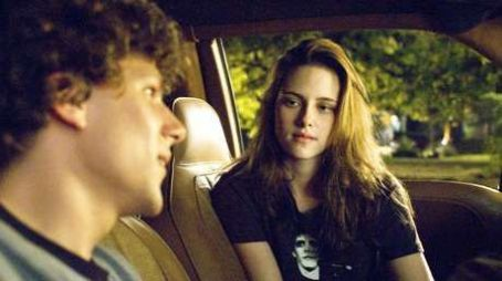 Jesse Eisenberg  as James Brennan and Kristen Stewart as Em Lewin in Adventureland.
