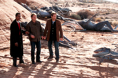 Harry (Orlando Jones), Wayne (Seann William Scott) and Ira (David Duchovny) are surrounded by dead aliens in Dreamworks' Evolution - 2001