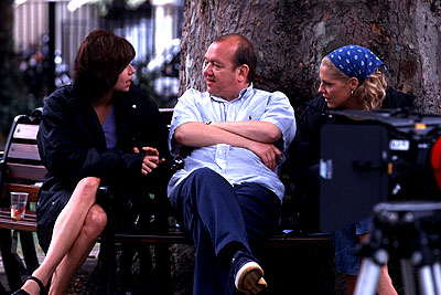 Mary McCormack Minnie Driver, director Mel Smith and  on the set of Touchstone's High Heels and Low Lifes - 2001