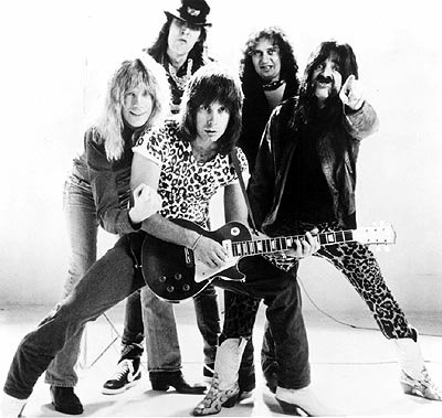 Harry Shearer Lead vocalist and co-lead guitarist David St. Hubbins (Michael McKean), drummer Mick Shrimpton (R.J. Parnell), co-lead guitarist Nigel Tufnel (Christopher Guest), keyboardist Viv Savage (David Kaff) and bass player Derek Smalls () are Spinal