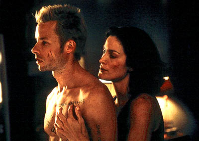 Memento Guy Pearce and Carrie-Anne Moss in Newmarket Films'  - 2001