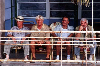 Dan Hedaya Bobby Bartellemeo (Richard Dreyfuss), Tony 'The Mouth' Donato (Seymour Cassel), Mike 'The Brick' Donatelli () and Joey 'Bats' Pistella (Burt Reynolds) in Touchstone's The Crew - 2000