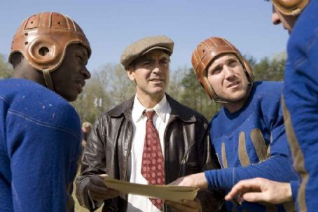 Leatherheads Bakes (MALCOLM GOODWIN), Bulldogs team captain Dodge Connolly (GEORGE CLOONEY) and Zoom (NICK PAONESSA) discuss strategy.