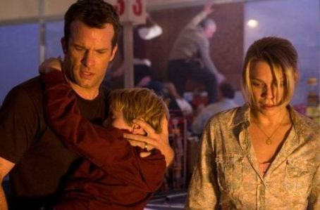 Laurie Holden Thomas Jane as David Drayton, Nathan Gamble as Billy and  as Amanda Dumfries in The Mist