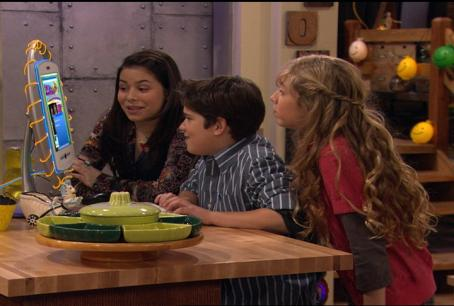 iCarly Looking At Computer