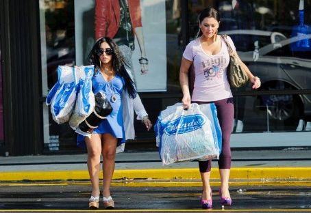 "Nicole 'Snooki' Polizzi - pregnant Nicole ""Snooki"" Polizzi and best friend Jennifer ""JWoww"" Farley treat themselves to some shopping at the Mandee clothing store"