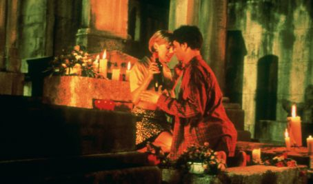 Tom Everett Scott and Julie Bowen in An American Werewolf in Paris (1997)