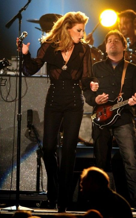 Faith Hill Wows the CMA Awards After 5 Year Hiatus
