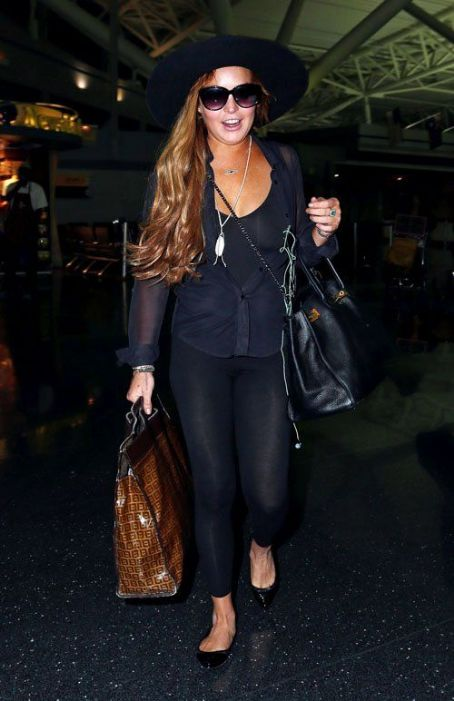 Lindsay Lohan arriving in NYC with her family (August 21)