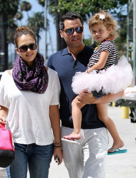 Jessica Alba and Cash Warren - Jessica Alba With Cash Warren: Eating brunch at Le Pain Quotidien